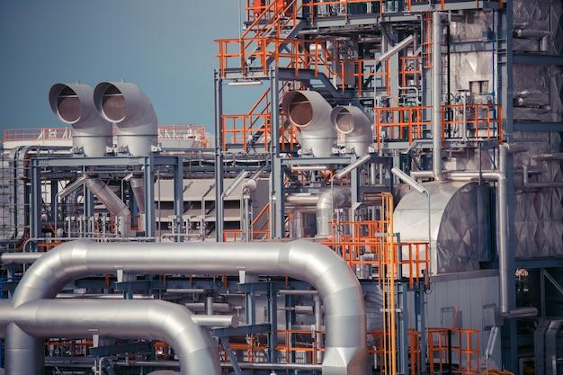 Нефтеперерабатывающий завод бак трубы горизонтальный добыча нефти и трубопроводов.