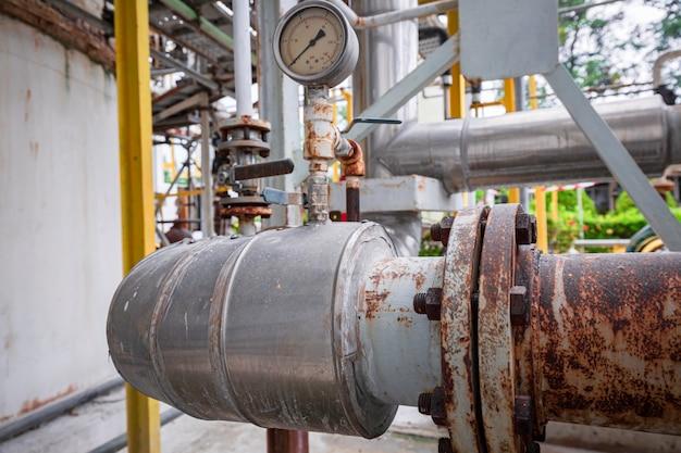공장 압력 안전 밸브 선택에서 펌프 파이프 라인 오일 및 가스 밸브를 위한 정유 공장 장비 프리미엄 사진