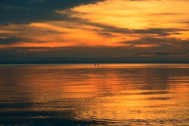 반사와 바다와 하늘의 그림자