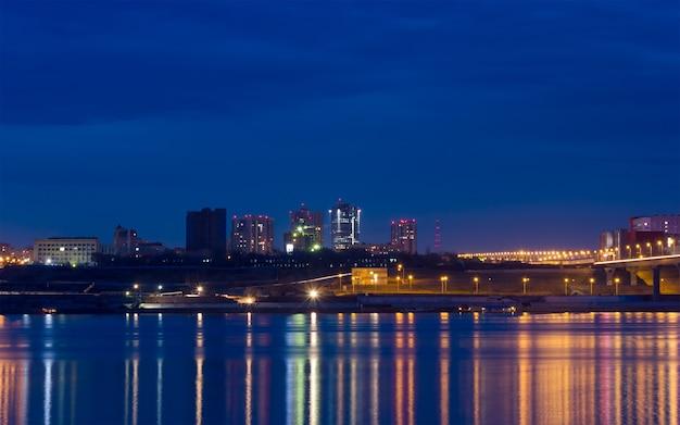 Отражение огней ночного города в большой реке