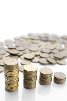 たくさんの散らばったコインと柱の反射 Premium写真