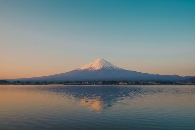 Отражение горы фудзи с заснеженным утренним восходом солнца