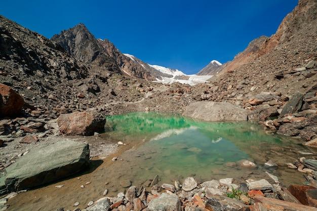 水の中の山の反射アクトゥル氷河アルタイ共和国シベリアロシア