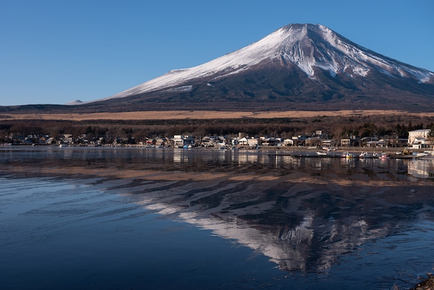 Отражение горы фудзи с озером яманака в яманаси, япония