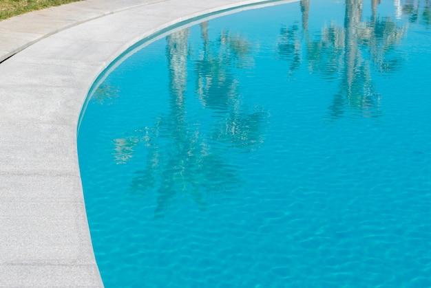 Отражение пальм в воде бассейна