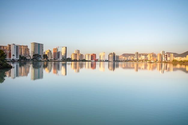 水の中のカルペの街の反射