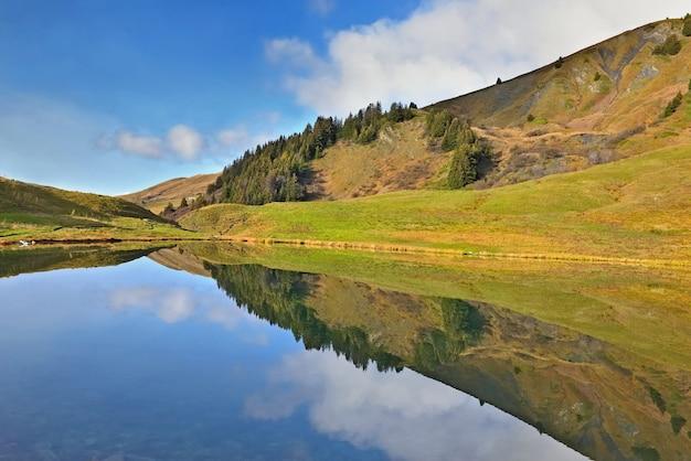 고산 산 호수의 물에 하늘과 풍경의 반영