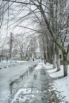 Отражение на лужах зимнего заснеженного городского пейзажа.