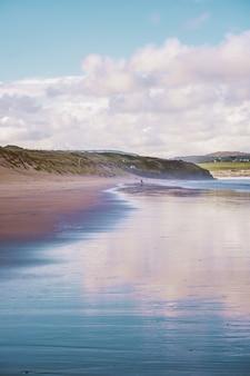 Riflesso del cielo nel mare sulla spiaggia in cornovaglia, inghilterra
