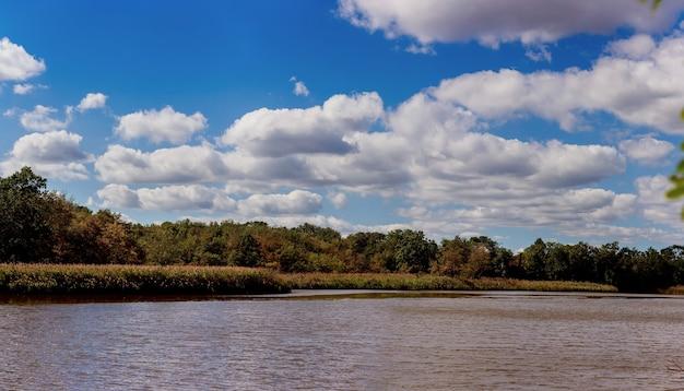 雲と青空川空雲の反射