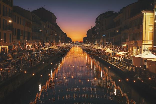 川の上のストリングライトの反射写真