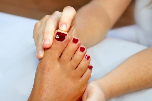 반사 요법 여자 발 마사지 치료