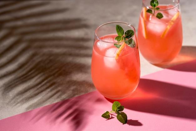 Bevande alcoliche rinfrescanti pronte per essere servite