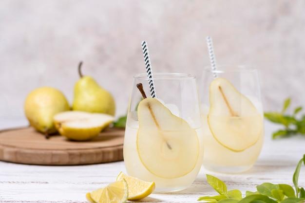 提供される準備ができている梨とさわやかな飲料