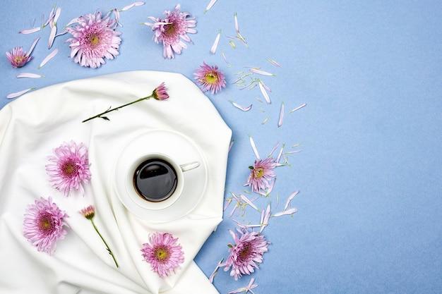 상쾌한 블랙 커피. 아늑한 봄 아침. 커피 한잔과 신선한 집에서 상쾌한 하루