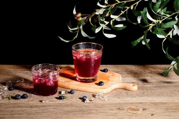 ガラスのさわやかな黒ブドウジュース