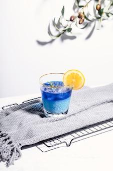 グラスにさわやかなブルーベリージュース