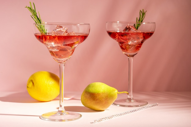 Освежающий коктейль в бокале с персиком