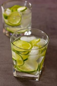 グリーンレモンとアイスのさわやかなカクテルをクローズアップ