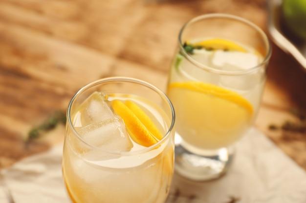 Освежающие коктейли с лимоном на деревянном столе