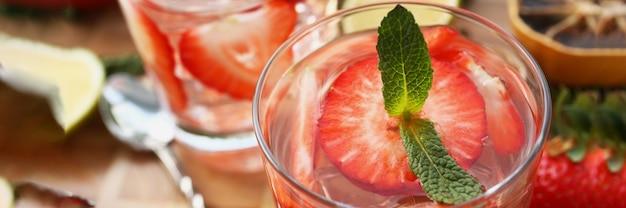 イチゴ、ハーブ、氷を使ったさわやかなカクテル。家庭で美味しいカクテルを作るコンセプト