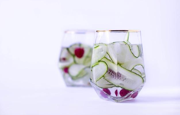 Освежающий напиток из огурца и малины