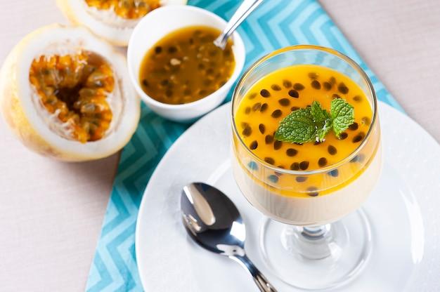Освежающий десерт со свежей начинкой из маракуйи