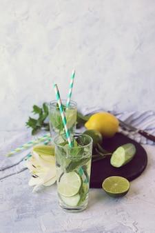 Освежающие детокс-напитки из лимонов, ледяных огурцов, лайма и листьев мяты