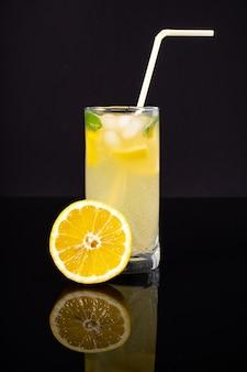 氷でさわやかな飲み物。ミント入りレモネード