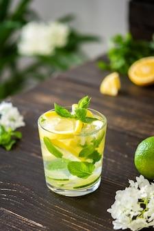 레몬, 라임, 민트를 곁들인 상큼한 음료, 얼음을 곁들인 레모네이드