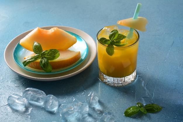 さわやかなドリンクと柑橘系のジュース、角氷、ミント、メロン。夏のコンセプト
