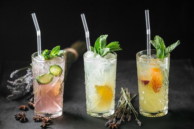 Освежающие фруктовые лимонадные коктейли с мятной соломкой