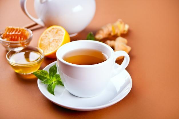 레몬과 꿀을 넣은 상큼한 생강차