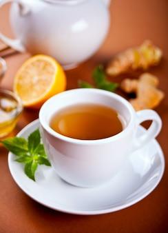 레몬, 민트잎, 꿀을 넣은 상큼한 생강차