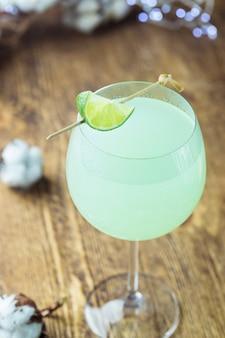 さわやかなグリーンカクテル、グラスにライムを入れた夏の飲み物