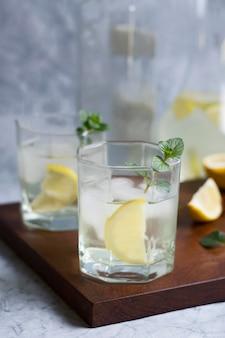 Bevande ghiacciate rinfrescanti pronte per essere servite