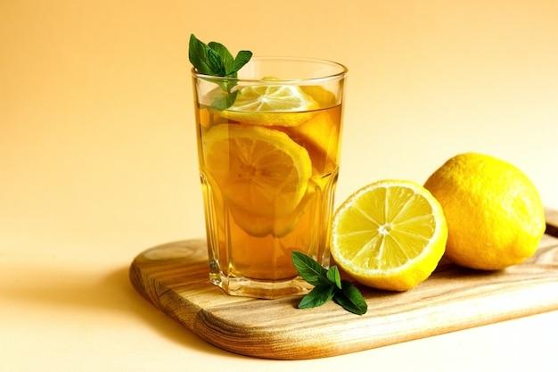 신선한 민트 잎으로 장식된 홍차 레몬 조각으로 만든 상쾌한 아이스티