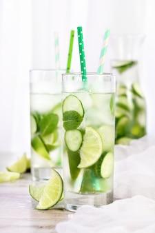 오이, 민트, 라임으로 상쾌한 물을 주입합니다. 여름 음료 칵테일 레모네이드. 건강 음료 및 해독 개념.
