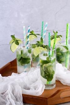 오이, 민트, 라임으로 상쾌한 물을 주입합니다. 여름 음료 칵테일 레모네이드.