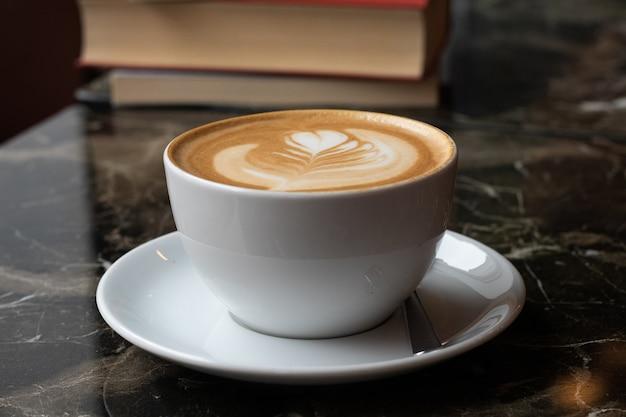 白いガラスのさわやかなラテコーヒー