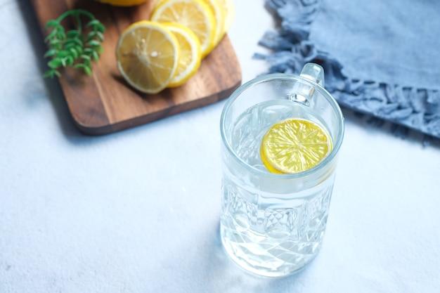テーブルトップビューでさわやかなレモンウォータードリンク