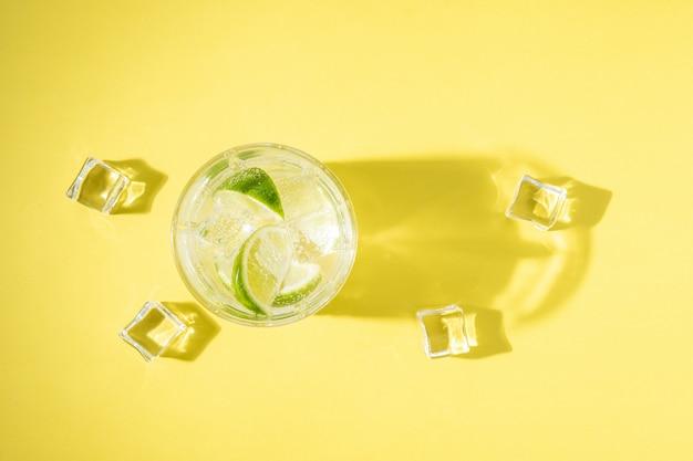 Освежающий лимонад в стакане на ярком фоне.