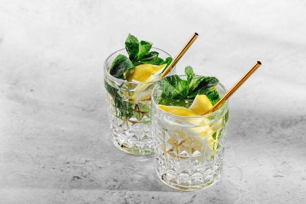Освежающий лимонад или коктейль мохито с лимоном и мятой. летние напитки.