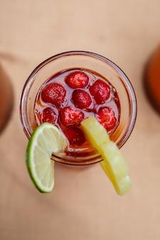 신선한 과일 오렌지 레몬 체리와 민트 잎을 곁들인 상큼한 레모네이드. 주전자에 담긴 맛있는 무알코올 과일 칵테일