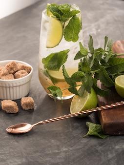 Освежающий мятный коктейль мохито с ромом и лаймом, холодный напиток или напиток со льдом на черном фоне