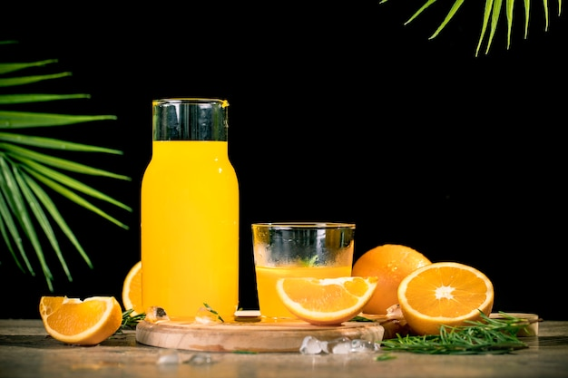 Освежающий апельсиновый сок на стакане