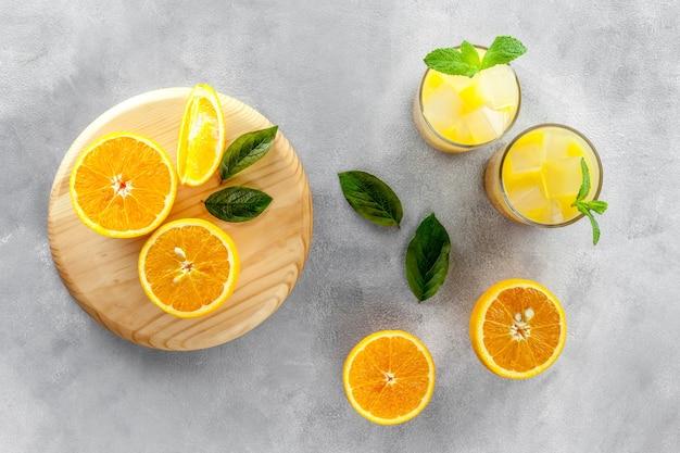 Освежающий апельсиновый сок на сером