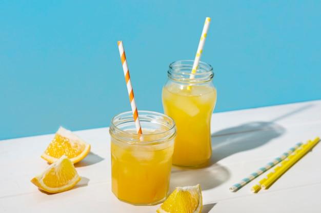 Succo d'arancia rinfrescante pronto per essere servito