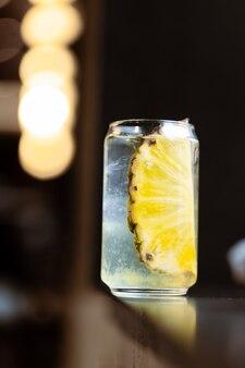 Освежающий коктейль из ананаса в стакане со льдом Premium Фотографии