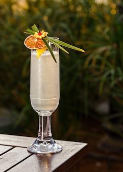 Освежающий спиртной напиток идеально подходит для мероприятий на открытом воздухе.